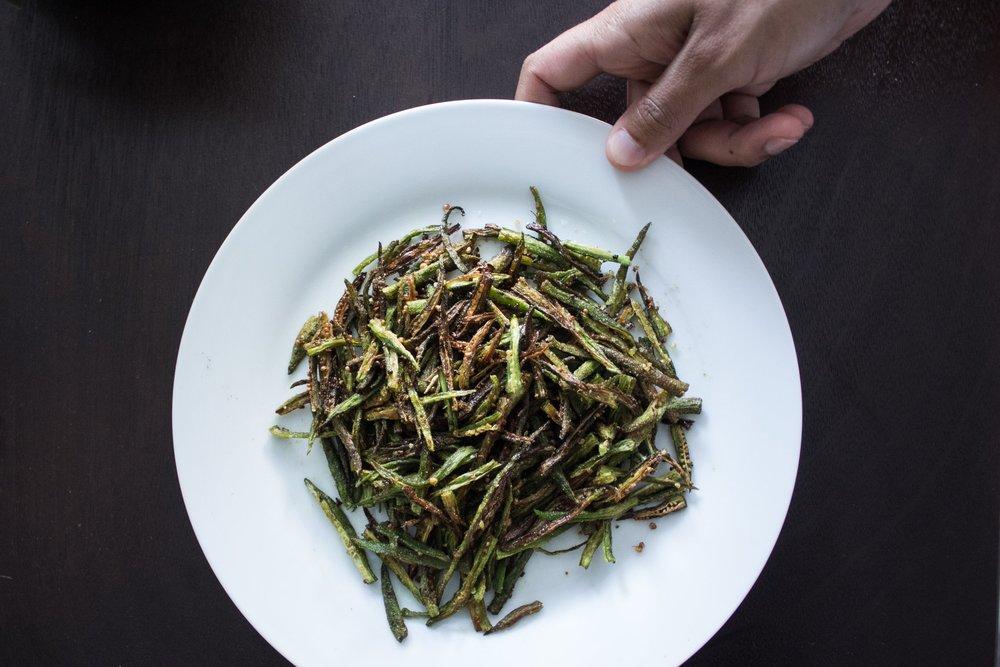 fried-bhindi-hand